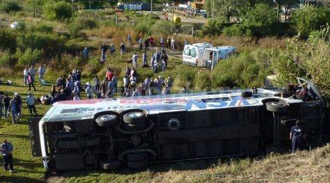 Umgestürzter NSA Bus neben der Bundesstraße