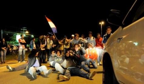 Streikende Dinac Angestellte nach Mitternacht am Flughafen in Luqué