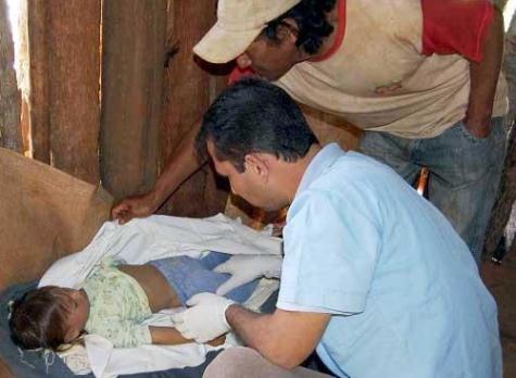 Dr. Hugo Alfonso sieht sich das tote Indianermädchen an (Abc)