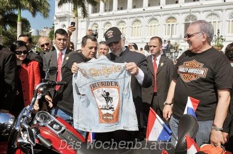 Lugo mit einem Geschenk, einer Weste des HDC PY