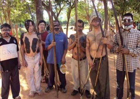 Aché Indianer verteidigen ihr Land (Abc)