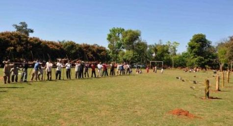 Indigene beim Bogentraining (Abc)