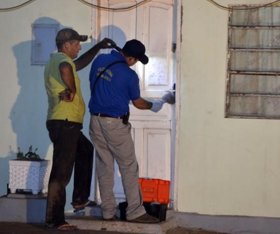 agentes-de-criminalistica-buscan-huellas-dactilares-y-rastros-de-los-posibles-homicidas-_554_464_1123913