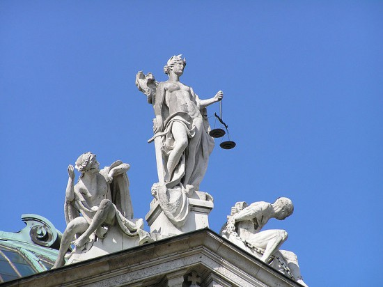800px-Justitia_Justizpalast_Muenchen