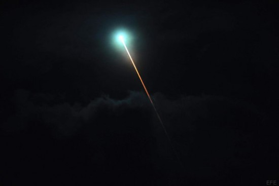 BAS11. BUENOS AIRES (ARGENTINA), 30/07/2015.- Fotografía de una luz verdosa que aparentaba ser un meteorito este jueves, 30 de julio de 2015, sobre Buenos Aires (Argentina). Una misteriosa luz verde que se pudo ver la noche del jueves sobre el cielo en varias provincias argentinas revolucionó las redes sociales y mantiene hoy ocupados a los expertos del país suramericano, en busca de una explicación al fenómeno. EFE/Juan Roleri/Télam/SOLO USO EDITORIAL/CRÉDITO OBLIGATORIO: TÉLAM