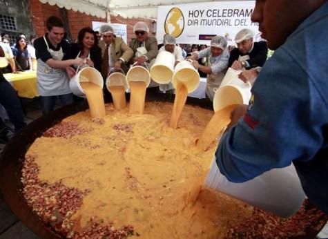 Zubereitung einer Riesentortilla am Tag des Eies