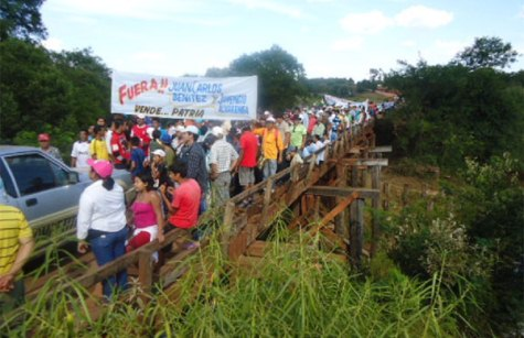 Protest an der Brücke über den Rio Tebicuarymi (UH)