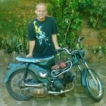 Erfinderisch: Ein Mechaniker aus Villarrica fährt ein Moped mit Wasser