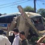 Bus reißt Betonkonstruktion nieder