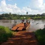 Auto stürzt von Fähre in den Fluss Monday