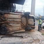Alkoholisierter Fahrer flüchtet und baut Unfall