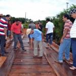 Schlechte Straßen und Bürger müssen Brücke bauen