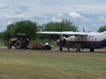 Militärflugzeug mit Problemen bei der Landung