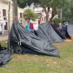 Wer befindet sich hinter den Planen auf der Plaza de Armas?
