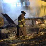 Ein Volkswagen geht in Flammen auf