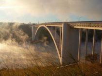 Die Freundschaftsbrücke kurz vor der Eröffnung