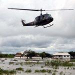 Hubschrauber landet während einem Fußballspiel