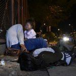 Betrunkene Indigene gefährden das Leben ihres Babys