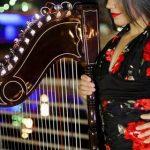 Eine Paraguayerin verzaubert die Menschen mit ihrer Harfe