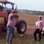 Sojaanbau mit Waffe im Anschlag