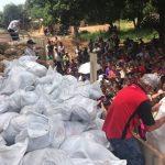 Mennoniten haben Lebensmittelpakete verteilt