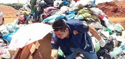 Ein toter Fötus im Müll