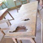 Latrinen und zerstörte Möbel markieren den Schulanfang