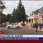 Viele Polizisten schützen das Regierungsgebäude von Guairá