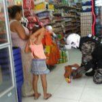Mutter mit fünfjähriger Tochter auf Raubzug