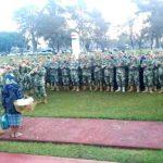 Das Militär steht Spalier vor einer einzigartigen Frau