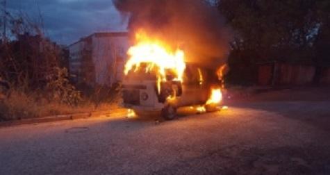 Oldtimer-VW-Bus brennt aus