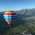 Heißluftballon startet in San Bernardino zum Flug um die Erde