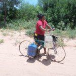Indigene Frauen als Wasserlieferanten im Chaco