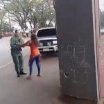 Verkehrspolizist greift Frau körperlich an