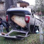 Fahrzeug überschlägt sich, weil Fahrer einem Schlagloch ausweicht