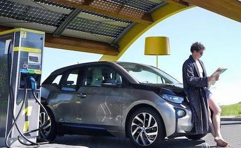 Endlich: Ladestation für Elektrofahrzeuge auf Überlandstraßen