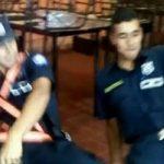 Zwei Polizisten außer Rand und Band