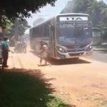 Bus fängt Feuer und der Fahrer weigert sich, die Türen zu öffnen