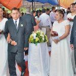 56 Paare schwören bei der Hochzeit die ewige Liebe