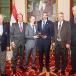 Joshua Duerksen wird von Präsident Abdo geehrt
