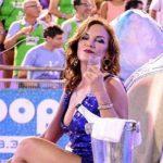 """Eine der """"Erbinnen"""" blendet die Zuschauer beim Karneval in Encarnación"""