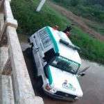 Krankenwagen fällt am Silvesterabend in Fluss