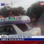 Schlauchboot und Kinder auf dem Dach transportiert