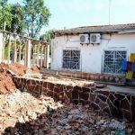 Kurz vor Unterrichtsbeginn unfertige Schulgebäude und zerstörte Infrastruktur