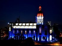 Ein einmaliges Schauspiel: Patriotische Farben und Kathedrale vereint