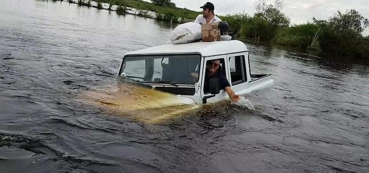 Das Fahrzeug wurde von einem Traktor aus dem Wasser gezogen
