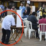 Kandidat erscheint ohne Ausweis zur Wahl