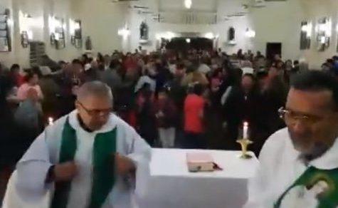 Ein singender und tanzender Pfarrer begeistert die Gläubigen