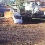 Autofahrer rast in Bushaltestelle