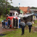 Mindestens ein Toter und 20 Verletzte bei Busunglück